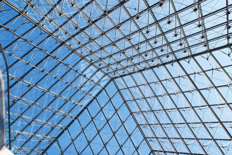 Binnen de piramide van het Louvre royalty-vrije stock fotografie