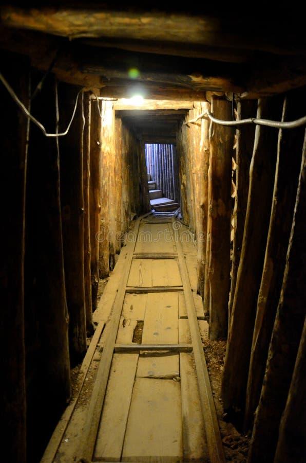 Binnen de Tunnel van Sarajevo tijdens Joegoslavische burgeroorlog Bosnië - Herzegovina wordt gebruikt dat stock foto's