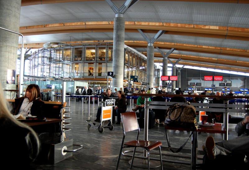 Binnen de vertrekzaal bij de luchthaven van OSL Oslo royalty-vrije stock afbeeldingen