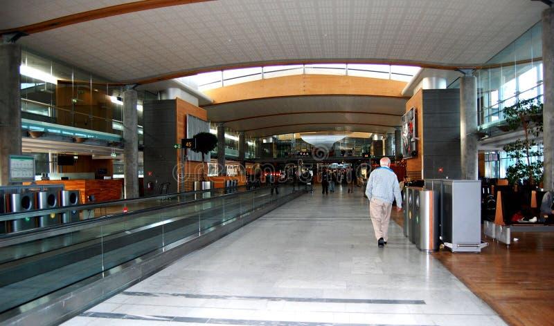 Binnen de vertrekzaal bij de luchthaven van OSL Oslo royalty-vrije stock foto