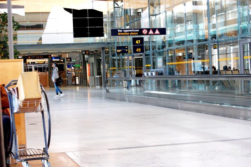 Binnen de vertrekzaal bij de luchthaven van OSL Oslo royalty-vrije stock afbeelding