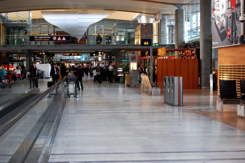 Binnen de vertrekzaal bij de luchthaven van OSL Oslo stock afbeeldingen