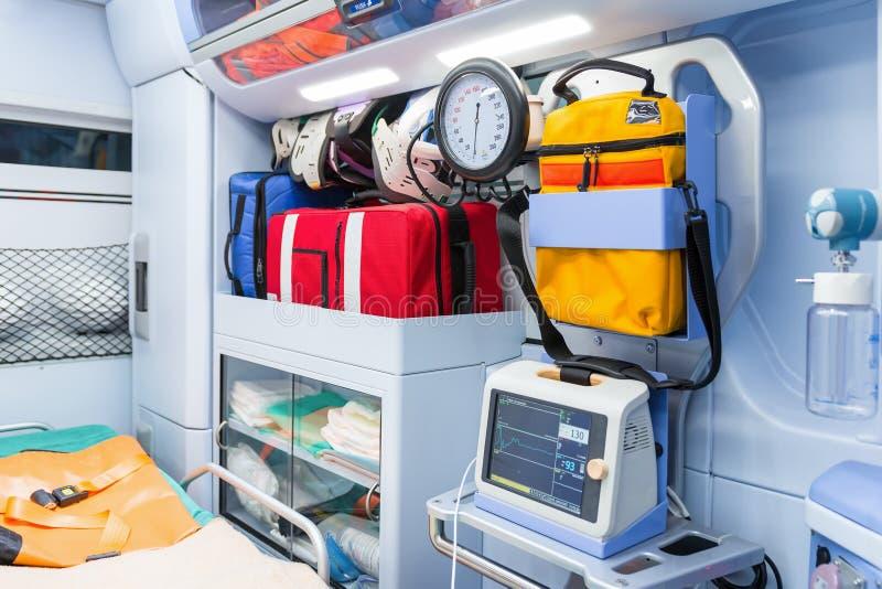 Binnen de ziekenwagen, bekijk van het sanitaire compartiment royalty-vrije stock foto
