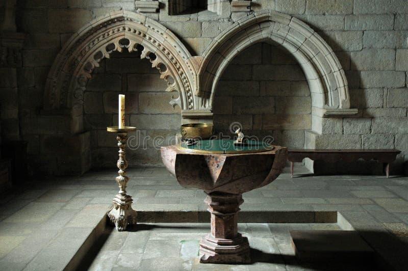 Binnen een kerk - doopdoopvont royalty-vrije stock foto's
