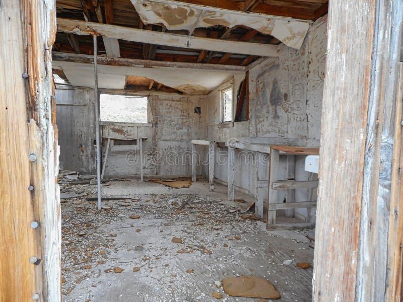 binnen een oud die huis van hout wordt gemaakt stock foto