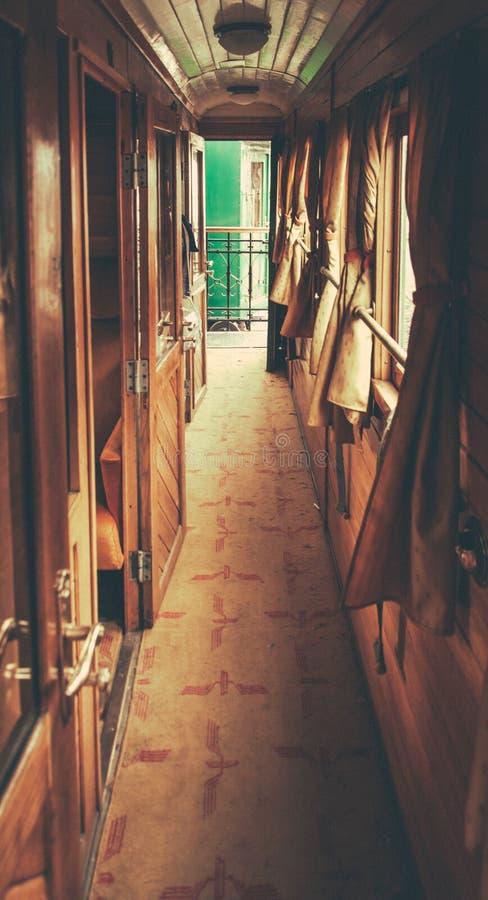 Binnen een oude trein stock foto