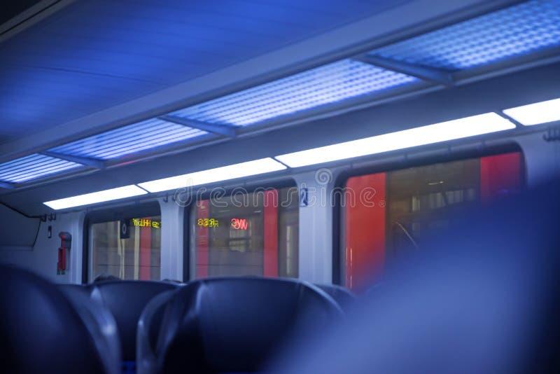 Binnen een regionale trein, vage abstracte achtergrond in blauw en stock afbeeldingen