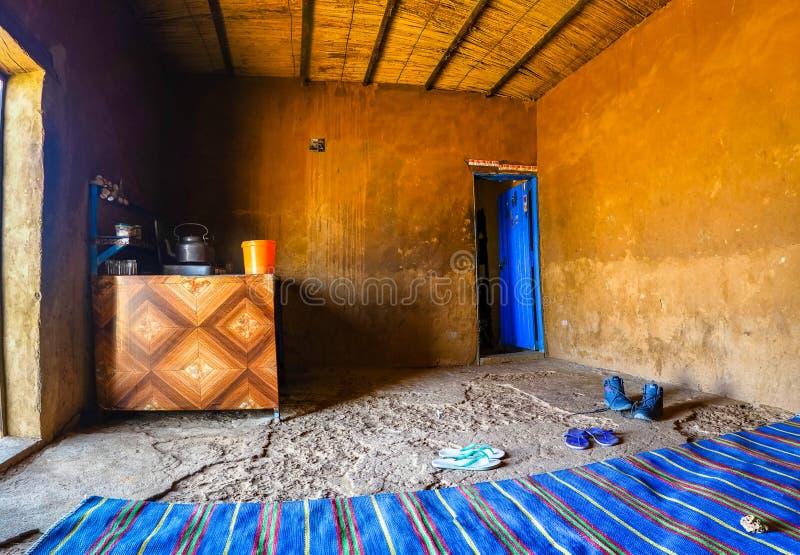 Binnen een rust einde in de woestijn van de Soedan met een blauw tapijt en een fornuis waar het voedsel, de thee en de koffie, Af royalty-vrije stock afbeeldingen