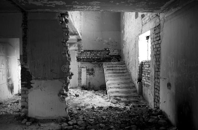 Binnen een verlaten gebouw stock afbeelding