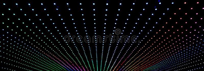 binnen een zeer donkere tunnel met lichten stock afbeeldingen
