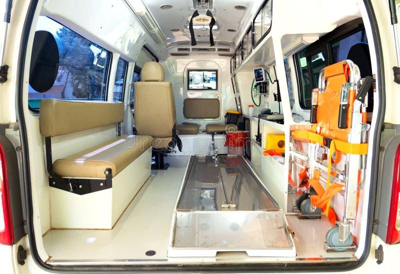 Binnen een ziekenwagen met medische apparatuur De auto voor patiënt verwijst royalty-vrije stock afbeelding