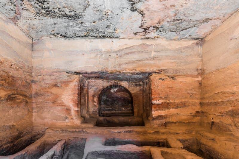 Binnen graf in petra Jordanië royalty-vrije stock foto's