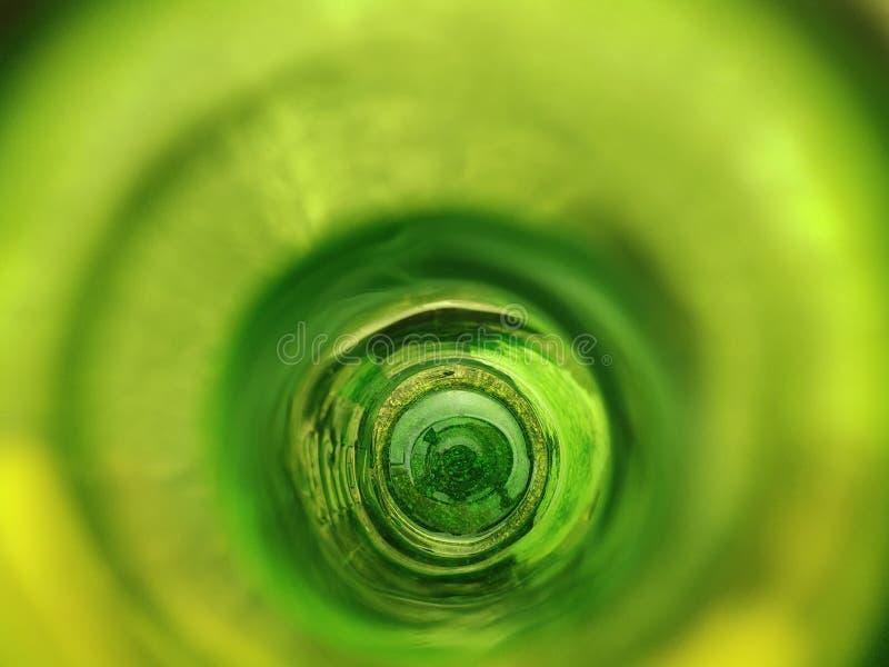 Binnen Groene fles De fles van het bier stock foto's