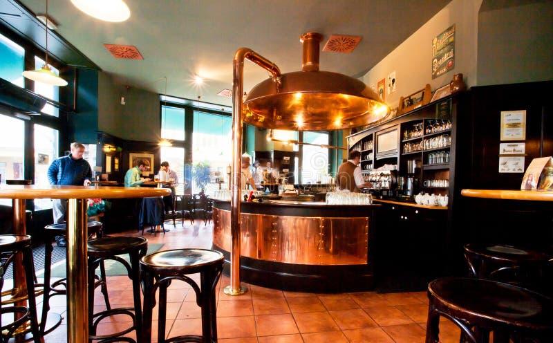 Binnen het bierrestaurant van de oude brouwerij stock foto