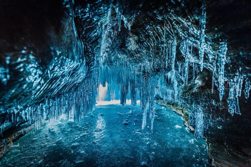 Binnen het blauwe ijshol met paarliefde bij Meer Baikal, Siberië, Oostelijk Rusland royalty-vrije stock afbeelding