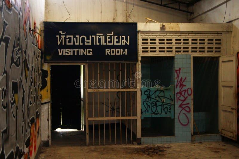 Binnen het gevangenisgebouw in verlaten vrouwengevangenis stock foto