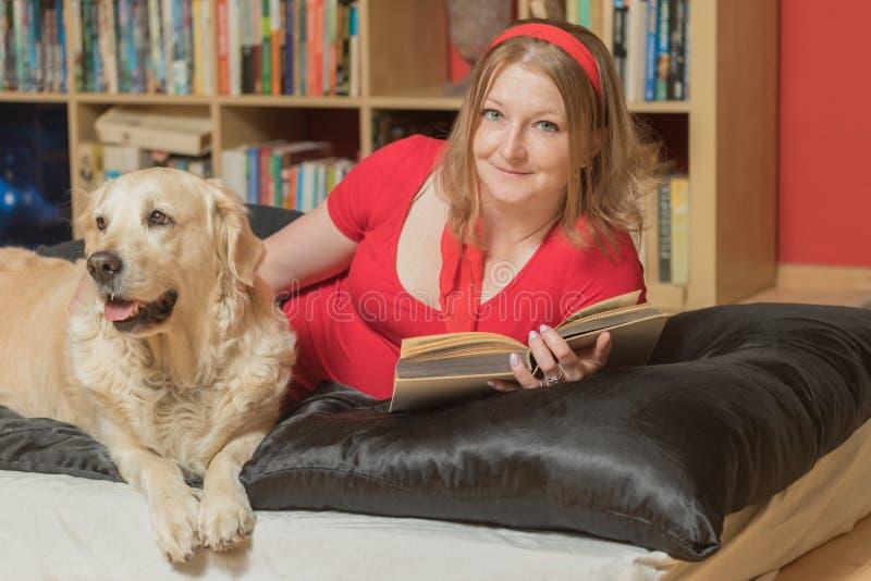 Binnen het ontspannen met een hond royalty-vrije stock foto's