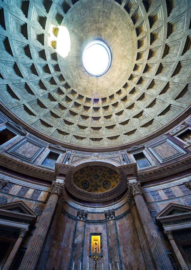 Binnen het Pantheon: de beroemde koepel met oculus rome stock afbeelding