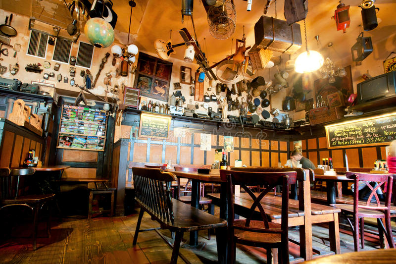 Binnen het restaurant met details en gebruikte dingen op plafond royalty-vrije stock afbeelding