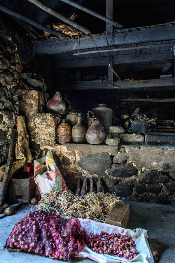 Binnen het rotshuis in Batanes Filippijnen stock foto's