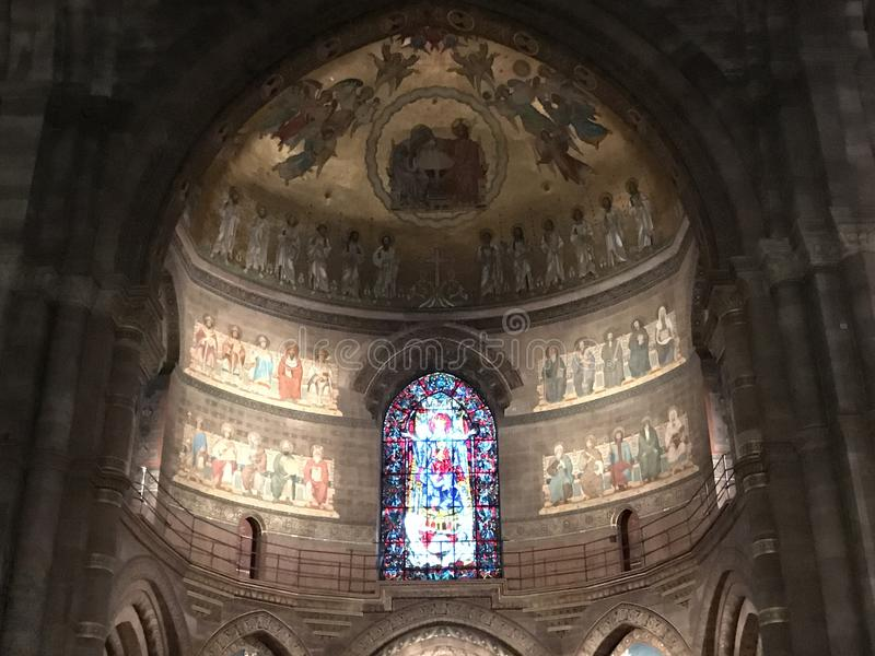 Binnen kathedraal Gekleurd gebrandschilderd glasvenster en fresko's stock foto's