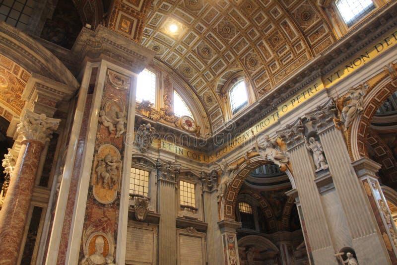 Binnen kathedraal van St. Peter in Vatikaan stock foto