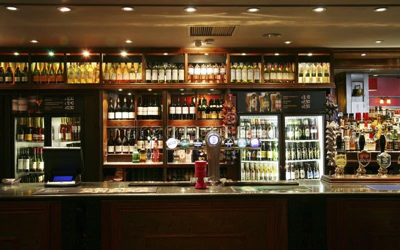 Binnen mening van een Engelse bar stock foto