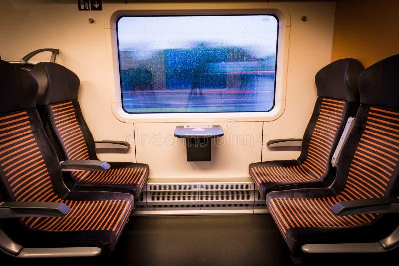 Binnen moderne trein die uit het venster kijken stock afbeelding