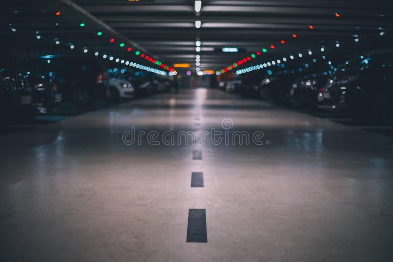 Binnen ondergronds parkeerterrein met vaag achtergrond laag schot en perspectief stock afbeelding