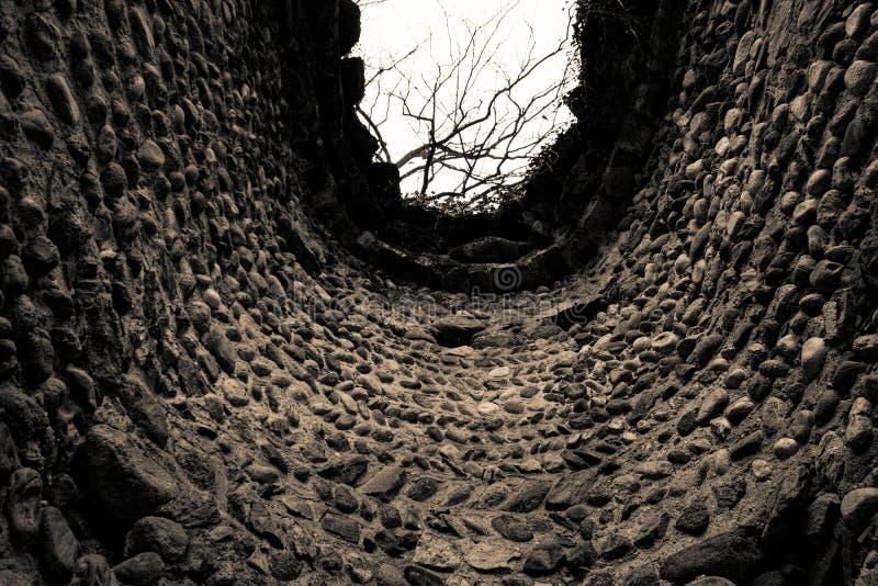 Binnen Oude geruïneerde steentoren, grunge schommelt de techniektextuur, ruwe oppervlakte stock foto