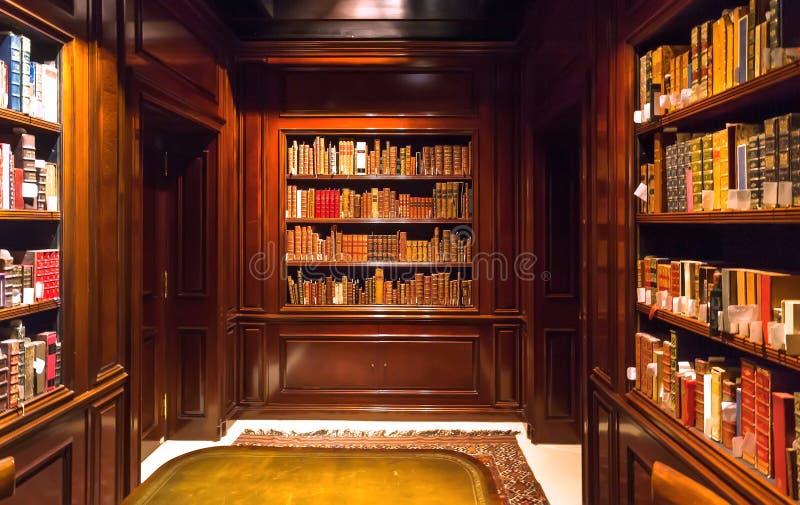 Binnen oude ruimte met boeken op boekenrekken met document volumes en antiek houten meubilair van de Koninklijke Bibliotheek royalty-vrije stock foto's