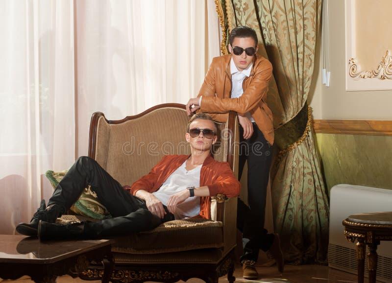 Binnen portret van twee jonge mensen stock afbeelding
