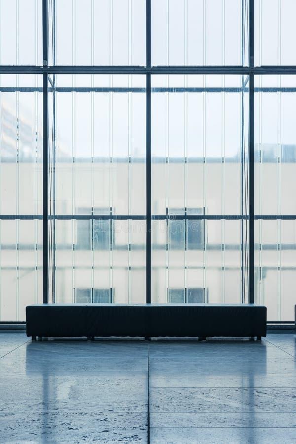 Binnen Rechthoekige Bank voor Glasmuur Koude Blauwe Atmosp royalty-vrije stock fotografie