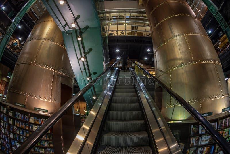 Binnen van Barnes en Edele boekhandel, Baltimore, de V.S. stock foto's