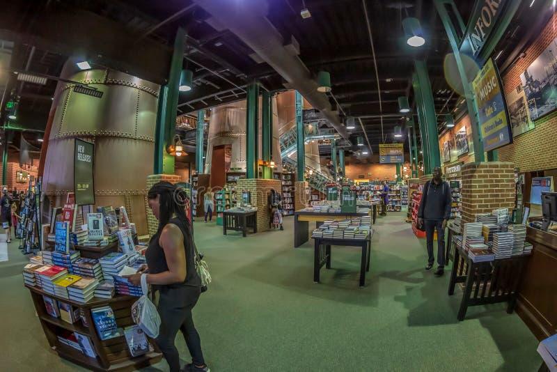 Binnen van Barnes en Edele boekhandel, Baltimore, de V.S. royalty-vrije stock foto's
