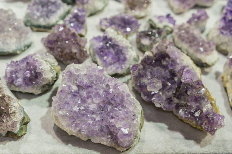 Binnen van de geode van het amathystkwarts Van de gem geologische kristallen van het aquamarijn natuurlijke kwarts blauwe de text royalty-vrije stock fotografie
