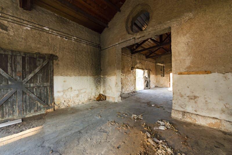 Binnen van een oud pakhuisgebouw, Griekenland royalty-vrije stock afbeeldingen