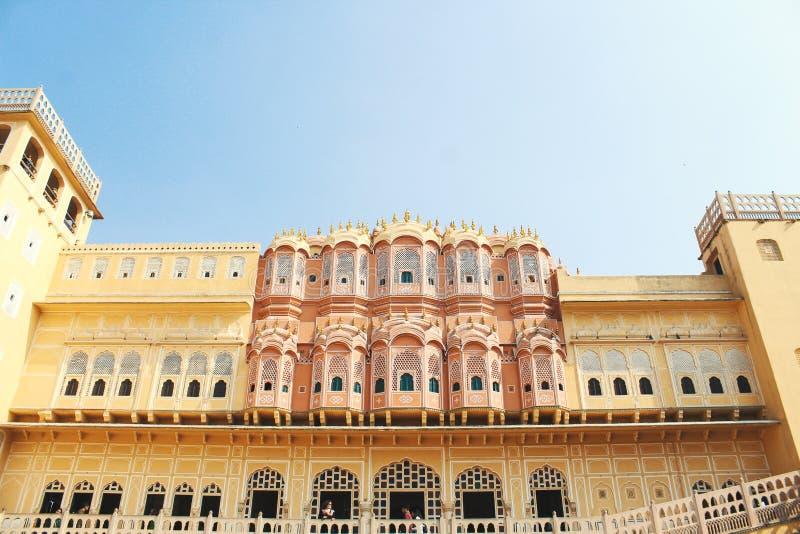 Binnen van Hawa Mahal of het paleis van winden in Jaipur India Het wordt geconstrueerd van rood en roze zandsteen royalty-vrije stock afbeelding