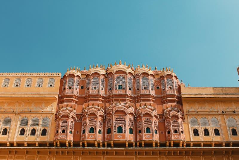 Binnen van Hawa Mahal of het paleis van winden in Jaipur India Het wordt geconstrueerd van rood en roze zandsteen royalty-vrije stock afbeeldingen
