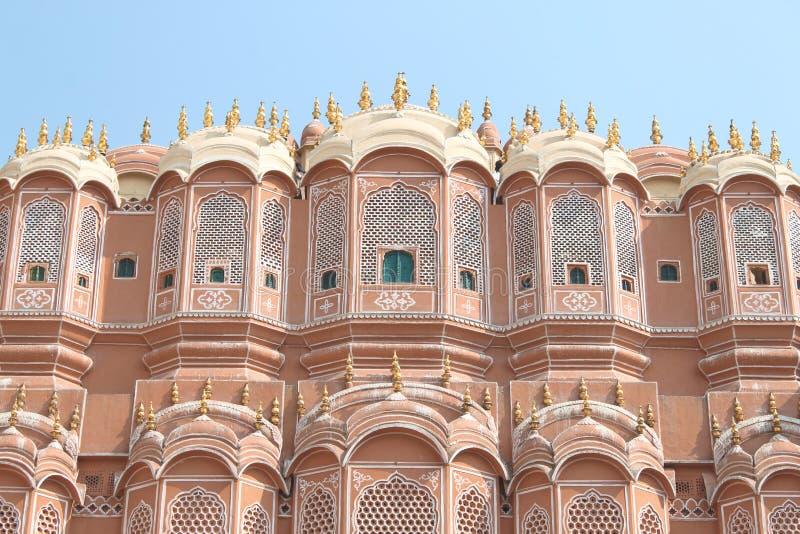 Binnen van Hawa Mahal of het paleis van winden in Jaipur India Het wordt geconstrueerd van rood en roze zandsteen stock foto