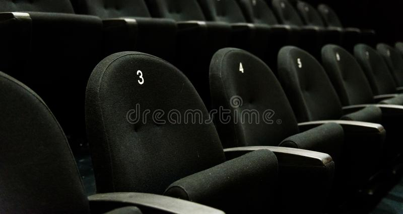 Binnen van het theater van de auditoriumfilm met zetels en aantallen stock fotografie