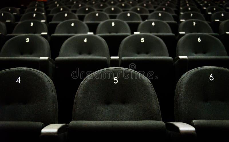 Binnen van het theater van de auditoriumfilm met zetels en aantallen royalty-vrije stock foto's
