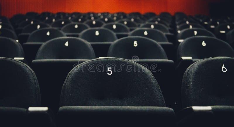 Binnen van het theater van de auditoriumfilm met zetels en aantallen royalty-vrije stock fotografie