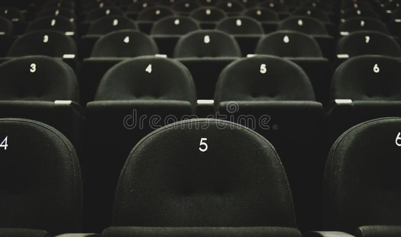 Binnen van het theater van de auditoriumfilm met zetels en aantallen stock foto