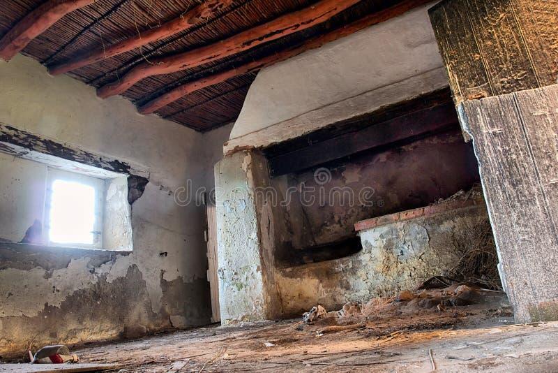 Binnen verlaten Afrikaans huis stock afbeeldingen