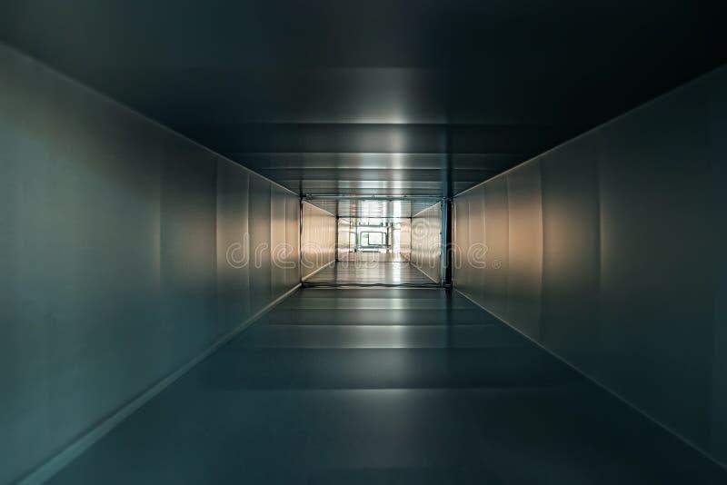 Binnen vierkante ijzer of metaalpijp of buis als abstracte industriële mening als achtergrond, gang of tunnel met licht stock afbeeldingen