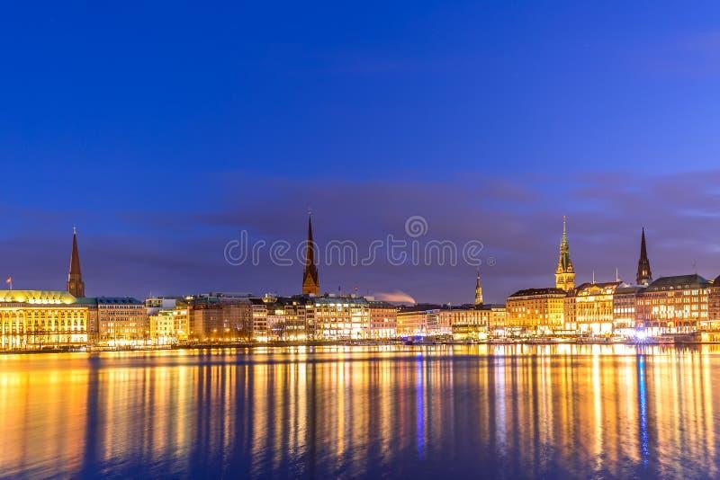 Binnenalster jezioro z iluminującym centrum miasta w Hamburg, Niemcy podczas mrocznego zmierzchu obraz stock