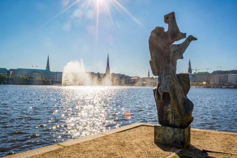 Binnenalster statuy Wewnętrzny Stawowy pejzaż miejski Hamburg Niemcy zdjęcie stock