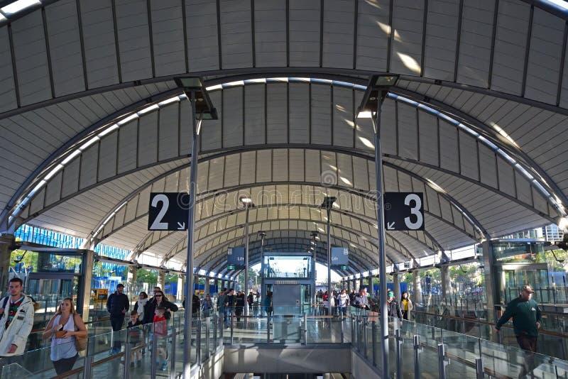 Binnenbeeld van Sydney Olympic Park Railway Station met artistiek dak en platformaantalteken stock afbeeldingen