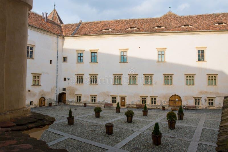 Binnenbinnenplaats van de middeleeuwse fagarasivesting royalty-vrije stock afbeelding